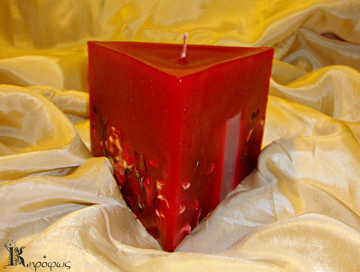 Κόκκινο τρίγωνο κερί με αποξηραμένα λουλούδια και άρωμα αχλάδι.