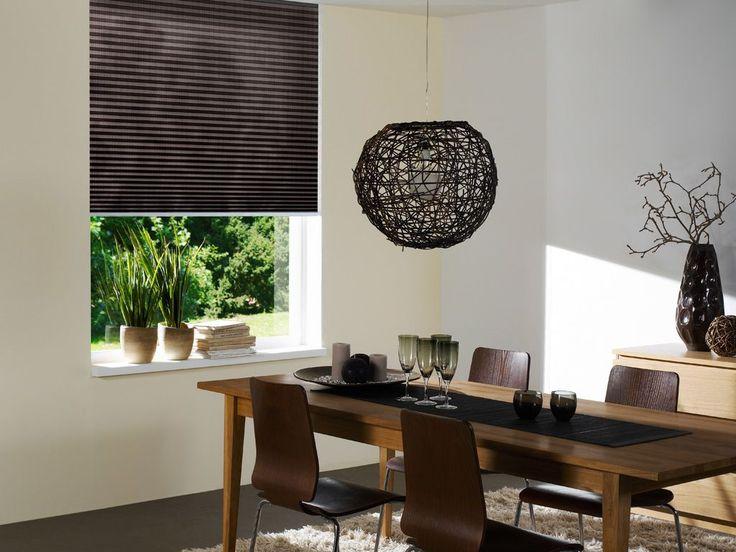 Plisy, plisses, żaluzje plisowane w jadalni, brązy, brown, kolory brązowe, dining room - http://www.mkstudio.waw.pl/systemy-wewnetrzne/plisy/