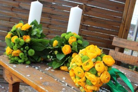 Aranjament floral lumanari cununie si buchet mirease din rununculus si santinii