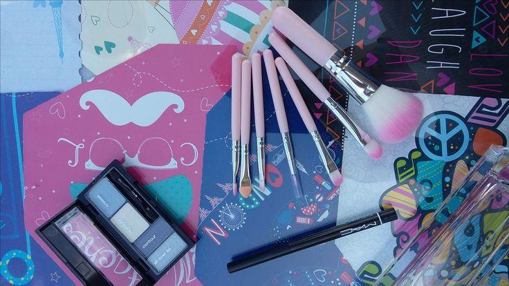 Es un regalo ideal  Hermoso set de brochas mini rosa ¡Lindo! + paleta de sombras en tono azul + delineador retràctil negro Adquiérelo por $35.000