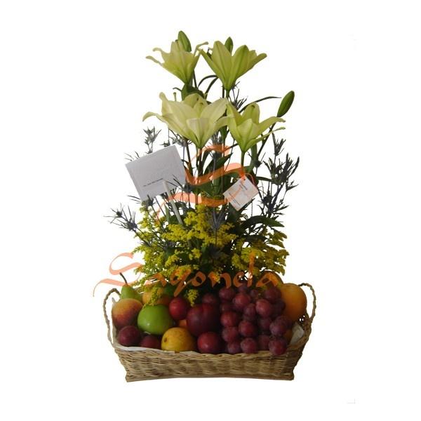 Arreglo compuesto por:        4 Varas de Lirios del Japón      Follaje Cárdamo y Solidago      Frutas Variadas