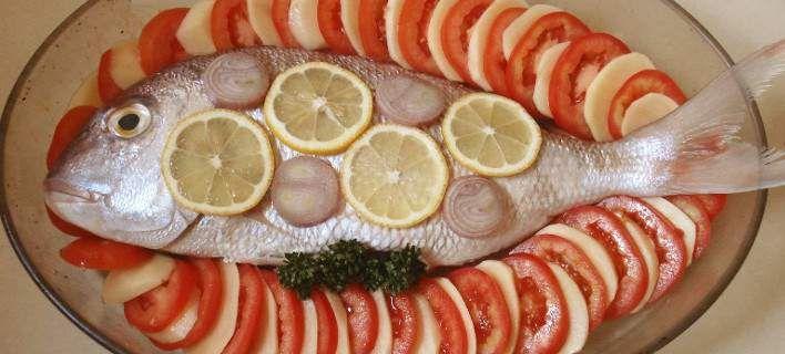 Ψάρι στο φούρνο με πατάτες, ντομάτες, θυμάρι