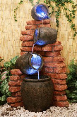 Fuente Cántaros de Agua sobre Pared de Ladrillo - Luces LED