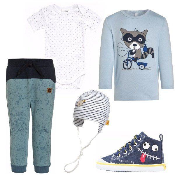 Pantaloni lunghi di cotone, maglia a maniche lunghe con stampa, body bianco, berrettino a righe orizzontali e sneakers alte in tessuto per sostenere bene il piedino.