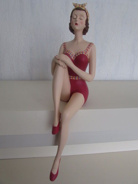 dame in rood badpak uit de roaring twenties - resin