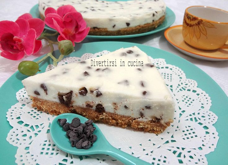 La cheesecake ricotta e gocce di cioccolato senza cottura è un dolce estivo fresco, facile e veloce da preparare. Adatta in ogni occasione