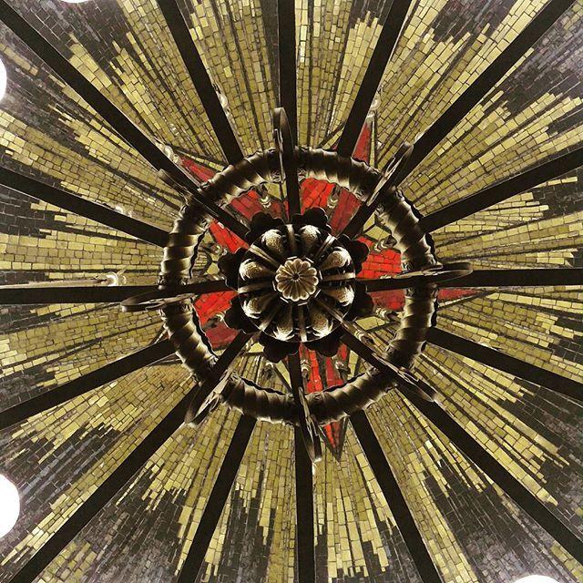 #станция #метро #Комсомольская   На что это похоже?)))  А на самом деле это люстра, взгляд снизу. С мозаичной звездой и солнечными лучами. #Офигенски :)))