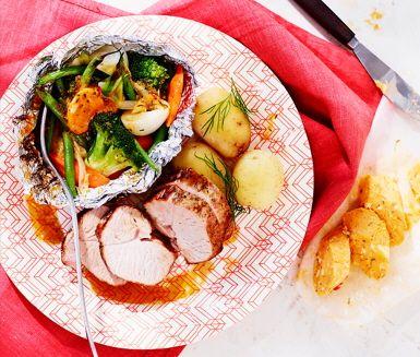 Grönsaker i foliepaket med Café de Paris-smör till grillad kalkon passar både stora och små på grillkalaset. Lägg broccoli, haricots verts, morötter och knipplök i folie och klicka på örtsmöret. Grilla kalkonfilén och grönsakerna och servera med kokt färskpotatis.