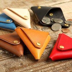 四方どこからでも開くので使いやすい形です。アウターとインナーの革の種類、色、ボタンの色など、様々な組み合わせが出来ます。 非常に柔らかく、使い込むと素晴らしい味が出ます。お選び頂ける革の種類と色イタリアンレザー アリゾナ柔らかく、もちもちとした手触りとイタリアンレザー特有の鮮やかな発色、そしてタンニン鞣しの革の最大の魅力である素晴らしいエイジングを期待できる、イタリアの高級皮革です。男性にも女性にも人気の高い革です。お色目はナチュラルキャメルオレンジレッドターコイズブルーネイビー 売切れの全6色です。イタリアンレザー エルバマットオイルを豊富に含んだ、イタリアンレザー特有の鮮やか発色を持つイタリアの高級皮革です。繊維の詰まり具合、オイルの入り具合、エイジング。どこをとっても一級品です。手触りは滑らかで、使い込む度に深みと艶が出ます。お色目はラディッシュブラウンライムグリーングレーパープルブルー 売切れチョコレートからお選びください。例アウター アリゾナ ブルーインナー エルバマット パープルボタン ブラスアウター エルバマット ラディッシュブラウンインナー エルバマット…