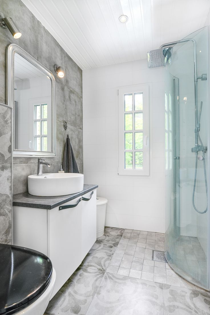 Vi gillar duschrummet på Slingervägen 43 i Haverdal, Halmstad. Snyggt kakel och klinker!