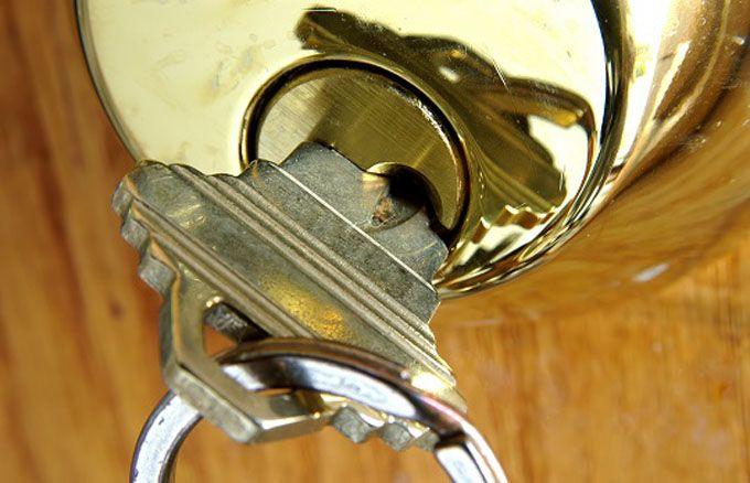 clef coincée dans la serrure