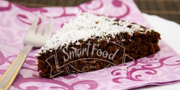 Der Schoko-Kokos-Kuchen ist herrlich saftig & schokoladig mit leckerer Kokosnote. Low Carb, toll zum Kaffee und ein Fest für alle Naschkatzen ;)