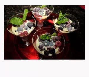 Σούπα λευκής σοκολάτας με παγωμένα φρούτα