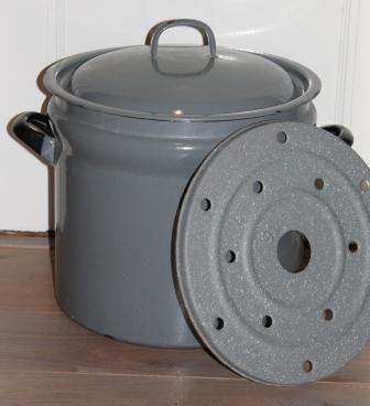 Wasketel op het vuur, op de dubbele bodem werden de weckpotten gezet , de kook erop en dan sloot de pot perfect af en bleef de inhoud jaren goed