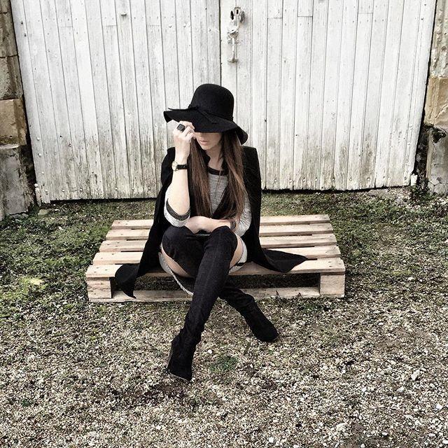 ♣Hey !! ^^ petit shooting improvisé ! Mon look : ♣️Cape noire de chez @lillyframboise  ♣️Robe Tunique (que je vais mettre à vendre dans mon vide dressing (sur mon blog) incessamment sous peu ^^)  ♣️Capeline de chez @hm  ♣️Cuissardes @asos  ♣️Montre @latelierdesmontres  Vous en pensez quoi mes jolies !? Bisous bisous !! 🌷 --- www.dresscodecam.com  #blog #blogger #frenchtouch #capes #cuissardes #hm #girls #fashion #ootd #lookbook #mode #fashiondiaries #fashionstyle #style #outfitoftheday…