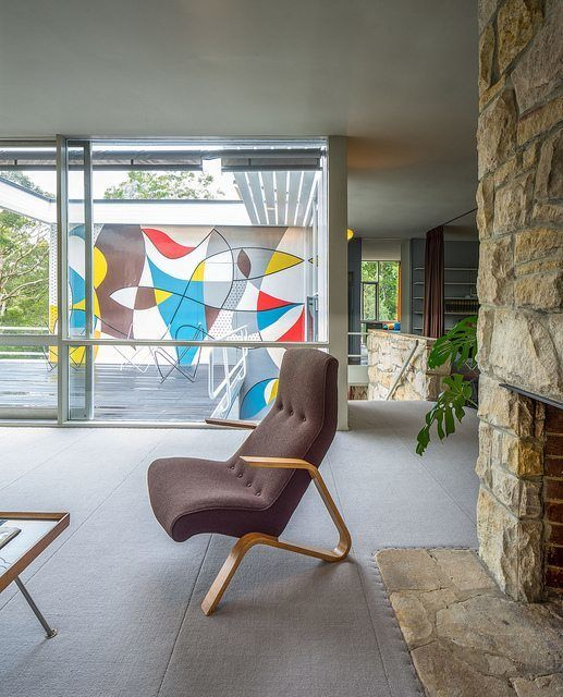 Из гостиной открывается вид на террасу и фреску.  (1950-70е,середина 20-го века,медисенчери,медисенчери модерн,средневековый модерн,модернизм,mcm,архитектура,дизайн,экстерьер,интерьер,дизайн интерьера,мебель,гостиная,дизайн гостиной,интерьер гостиной,мебель для гостиной,жилая комната) .