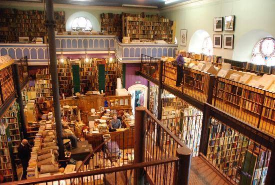Librería de segunda mano, en Leakeys (Escocia). El edificio fue construido en 1792 y pertenecía a la Iglesia de Santa María gaélico. Se convirtió en librería en el 1972.