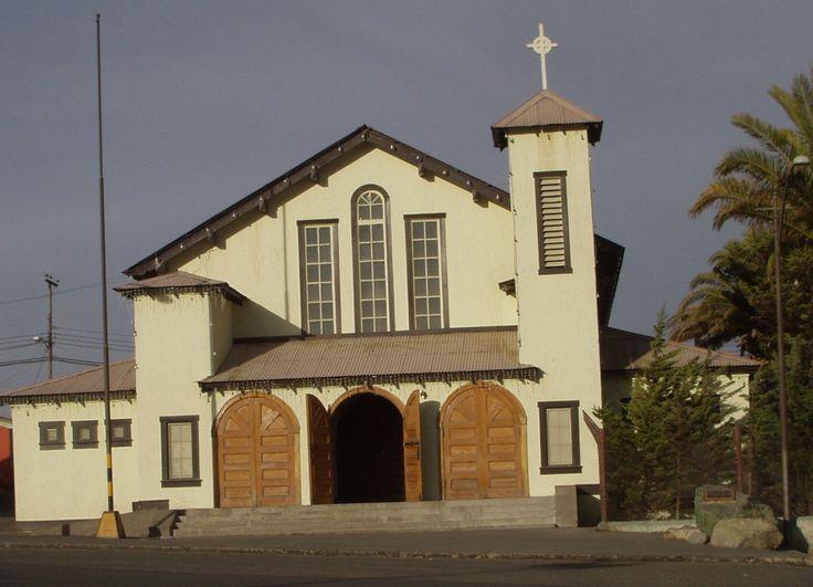 Parroquia El Salvador de Chuquicamata. Según la leyenda,construida de una iglesia de Estados Unidos. En ella se congregaban norteamericanos y chilenos. Fotografía tomada por MAMC-TOÑA