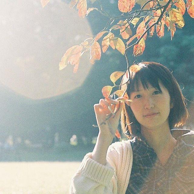 【momoseayano】さんのInstagramをピンしています。 《幸せな気持ちになるとき たとえば暖かな光に包まれるとき。 買えたり比べたりする価値じゃない価値を集めたい #kodak200 #フィルム#filmphotography #35mm#filmisnotdead#フィルムに恋してる#お写んぽ #ポートレート #portrait #friend #portrait_shots #inspirationcultmag #tokyocameraclub #igers_jp #instagoodmyphoto#portrait_shots #loves_portrait #森 #forest #オールドレンズ #写真撮ってる人と繋がりたい #reco_ig #フレア#flair#紅葉》