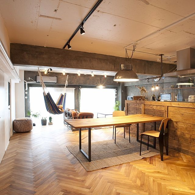 女性で、3LDKのIKEA/男前/カフェ風/照明/観葉植物/雑貨…などについてのインテリア実例を紹介。「夢だったリノベーション! 作りたい家のイメージは ニューヨークのアパートメント* 家具は、木やアイアンを中心に メラミン系の家具はできるだけ 使いませんでした。 住んでいて、味が出てくるように。 一番のこだわりは、 ナラを使用した ヘリンボーンのフローリング。 そして、ほぼ全面が漆喰の壁です。 父が左官職人のため、 一緒に家を作って欲しいとお願いしました。 床や棚のオイル、天井のペンキ塗り、 モルタルの壁のエイジング塗装など DIYに挑戦し、 こだわりと夢が詰まった家になりました*」(この写真は 2016-01-27 20:15:52 に共有されました)