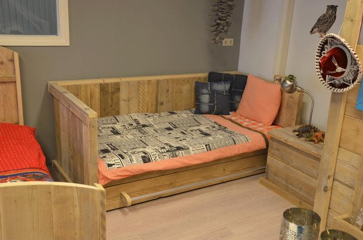 Steigerhouten bedbank met opberlade of matraslade