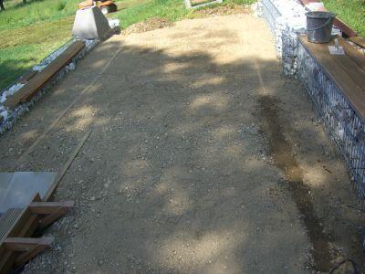 Holzterrasse mit Steinkörben (Gabionen)