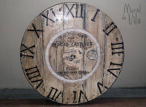 Relógio com arte na madeira reaproveitada