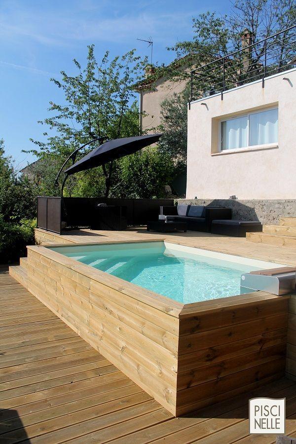 Une piscine hors-sol bardage en bois. Gérer contrainte de terrain et esthétisme c'est une des forces de Piscinelle.