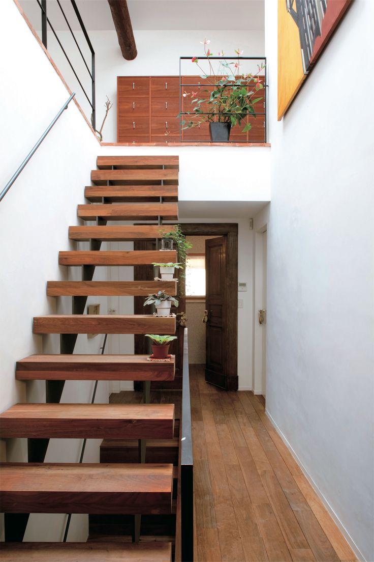 ウォルナットの無垢材を贅沢に使ったキャンティレバーの階段。