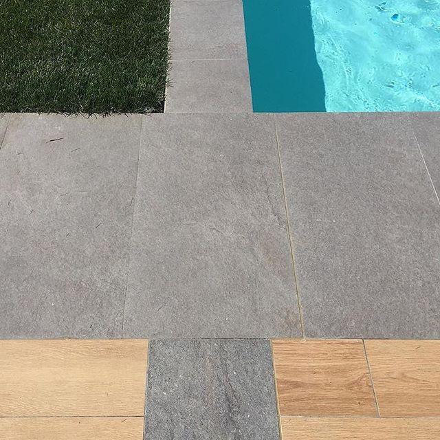 🌞 Piena estate, esterno giorno di classe 🇬🇧 Open-air poolside lounge.  Taken by @amcasali (@get_repost)  ・・・  AM Casali: Details #datails #pools #pool #pooltime #gardener #gardns #giardini #giardino #centrobenessere #spa #likesgarden #tagsforlike #tagsgarden #tagspoolside #tagspoolikes #keope #pavimento #bordopiscina #bordo #grass #prato #materiali #summer #2017 #2018 #gres #gresporcellanato #ceramica
