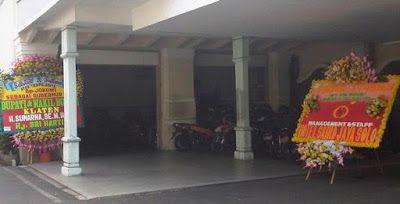 Bunga ucapan selamat menyambut Pak Jokowi di Loji Gandrung, rumah dinas wali kota Solo. Kedatangan karangan bunga ucapan selamat kepada Joko...