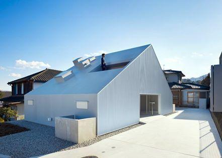 「Cloudy House」外觀由金屬面板構成,簡潔大方;室內牆面則是以淺色調木作為主。 而經典的坡式屋頂是這棟建築的最大特色,未避免讓內部空間減少,建築師在上方切出兩個巨大的窗洞,創造了可觀賞週邊景色的獨特陽台,為屋主創造一個向環境開放的居住空間。 Takao shiotsuka atelier http://www.shio-atl.com/