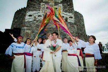Bugüne kadar toplam 66 ülke gezen seyyah çift, 66 kez de düğün yaptılar. En son Güney Afrika'da vampir temalı bir düğün yaparak, Zulu kabilesinin yöresel kıyafetlerini giyindiler.