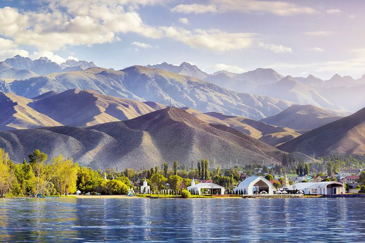 Blick auf die faszinierende Berglandschaft am Issyk Kul See, Kirgistan