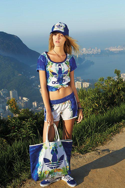 http://www.fashion-press.net/news/gallery/11439/200458 INDIGO TEE 6,000円+税、INDIGO SHORT 5,000円+税 アディダス・オリジナル(adidas Originals)が、ブラジルのファッションブランド「ザ・ファーム・カンパニー(The Farm Company)」との2014年秋冬のコラボレーションアイテムを発売する。2014年7月4日(金)より店頭にて販売開始。 前回のコラボレーションに引き続き展開されるアイテムは、冬のワードローブをカラフルなカーニバルへと誘うエキゾチックなボタニカルプリントが特徴。セットアップのジャージトップやトップスはクロップドのショート丈でセクシーな印象に。また、フーディーやショートパンツなどスポーティーでクラシックなアイテムが目立ち、華やかプリントが南米の空気を吹き込んでいる。プリントは全4種で、ブラジルらしいリズムと太陽の光がアクティブなスタイルを飾ってくれそう。フェスなどにもぴったりのアイテムだ。