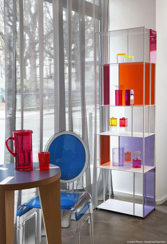 Le plexi, c'est pas fini. Customisez une bibliothèque toute simple en habillant les étagères avec des feuilles de plexiglas de toutes les couleurs.