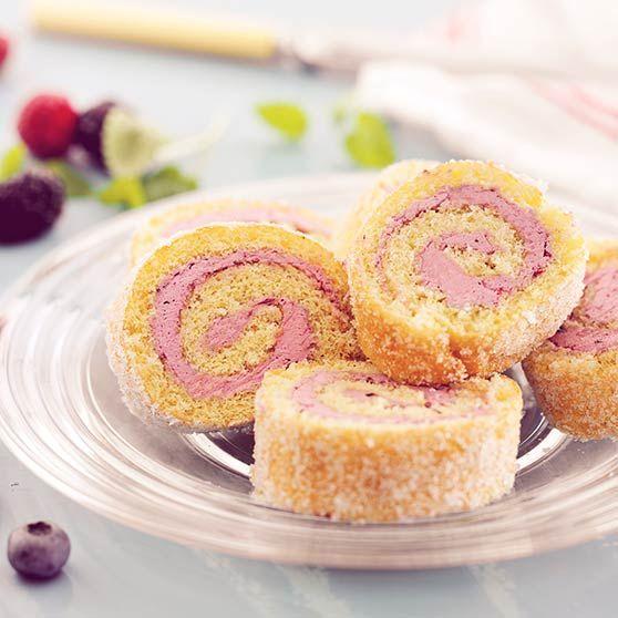 Här hittar du ett läckert recept på Rulltårta med marängsmörkräm och vilda bär. Botanisera bland massor med recept, tips och inspiration.