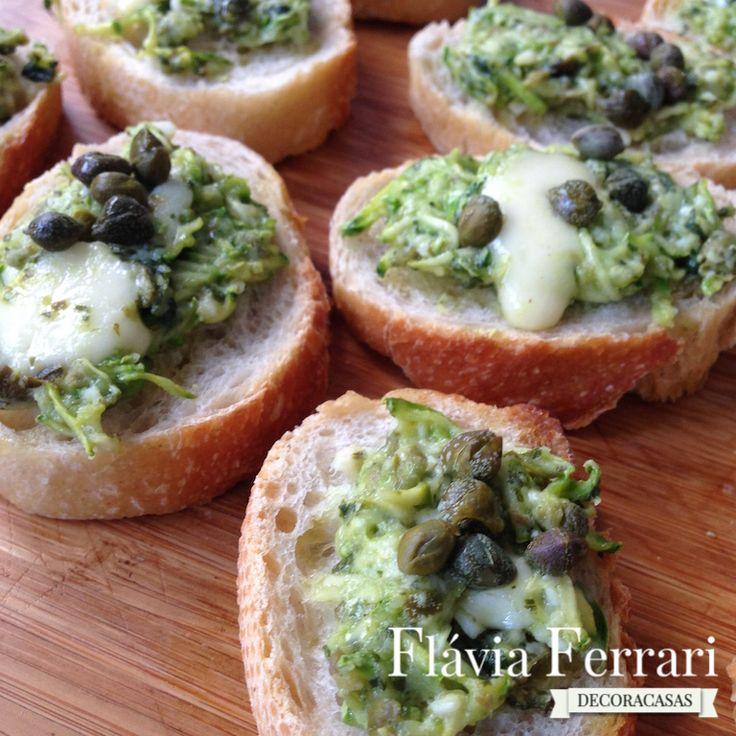 Bruschettas são uma ótima opção de entrada para servir aos convidados. Aprenda a fazer essas na versão verde com abobrinha, alcaparra e pesto de manjericão.
