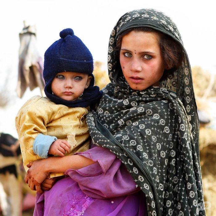 Een Afghaans meisje met schitterende ogen die dwars door je heen kijken.
