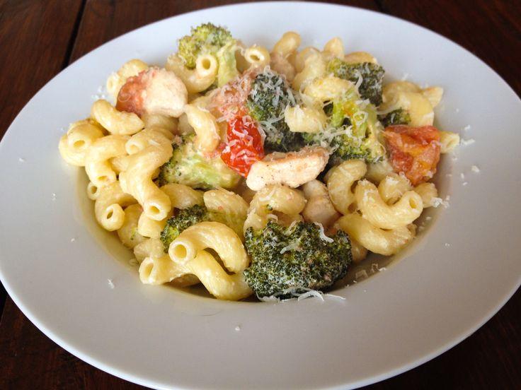 Pasta met kip, broccoli en tomaat... Lekker simpele maaltijd met veel smaak .