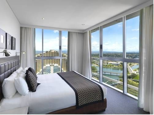 The Meriton Serviced #hotel in #Australia offers amazing ocean views and luxury accommodations with every apartment. Can you imagine waking up in this bed every single morning? I can!