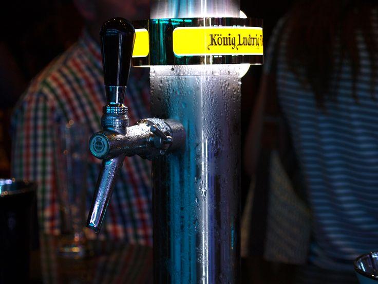 """KONIG LUDWIG WEISSBIER: La levadura seleccionada específica da esta """"Weissbier"""" el sabor inconfundible de los diversos sabores de cerveza con sabor a fruta. Un proceso de elaboración de la cerveza especial con los resultados de la fermentación de botella tradicionales en un burbujeante, """"Hefeweissbier"""" naturalmente turbia particular."""