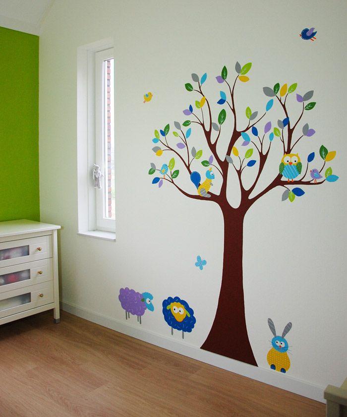 Moderne boom muurschildering met dieren voor in de babykamer.   De boom kan eindeloos gevarieerd worden, zowel in kleur als het ontwerp. Geschilderd door BIM Muurschildering op glasvliesbehang met structuur. Net zo strak als een muursticker, maar dan maatwerk :-)    mural, tree painting