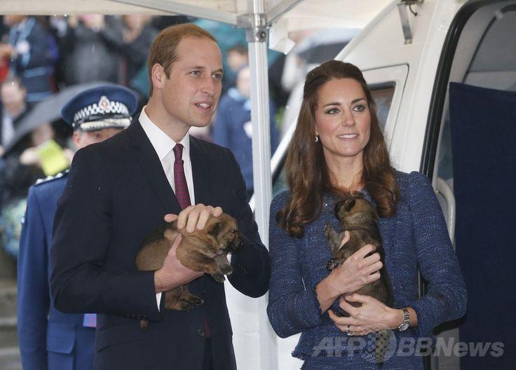 ウィリアム王子一家、NZから豪州入り 国際ニュース:AFPBB News   豪シドニー(Sydney)に向かう直前に訪問したニュージーランドの首都ウェリントン(Wellington)の警察学校で、ジャーマンシェパードの子犬を抱く英国のウィリアム王子(Prince William、左)とキャサリン妃(Catherine, Duchess of Cambridge、右、2014年4月16日撮影)。(c)AFP/POOL/MARK MITCHELL