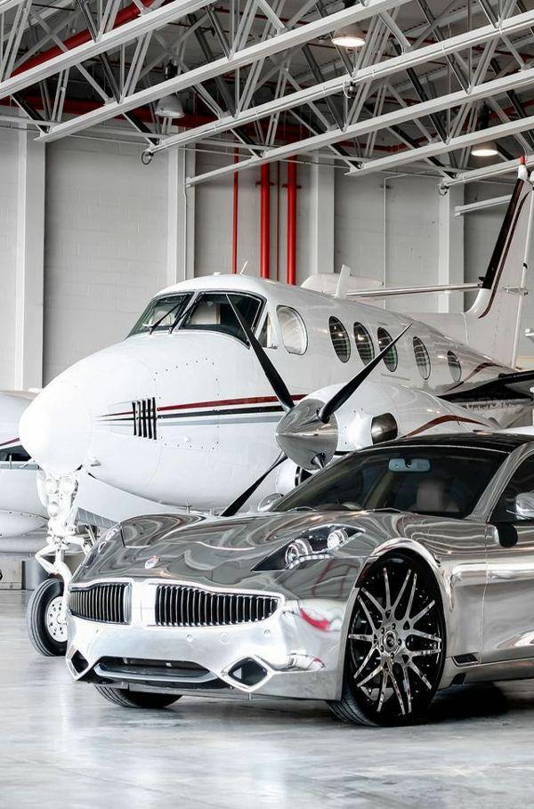 avion privé avec une voiture de luxe grise