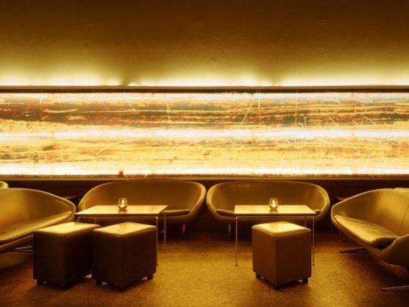 Der Lounge-Bereich der Goldenen Bar bietet gemütliche Sitgelegenheiten. Auch tagsüber können hier die Museumsbesucher Snacks essen und Kaffee trinken.