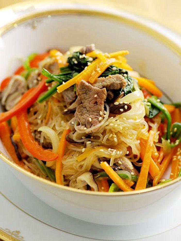 野菜たっぷり、彩り豊かな炒め物 春雨と細切り野菜や肉を炒めた韓国料理、チャプチェ。彩り豊かな野菜が一度にたくさんいただける華やかな一品だ。白いごはんとの相性も抜群。人が集まる食卓にぜひ。 『ELLE a table』はおしゃれで簡単なレシピが満載!