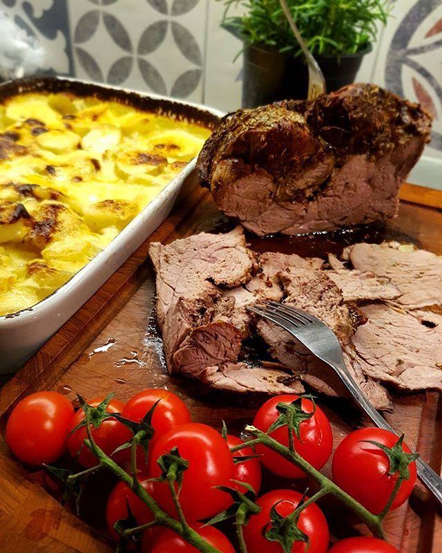 Gudomligt god lammstek med potatisgratäng, lammsky, coctailtomater och haricots verts 😙🐑 #lambsteak #lamb #lammstek #potatogratin #potatisgratäng #coctailtomatoes #dinner #easter #påsk #holiday