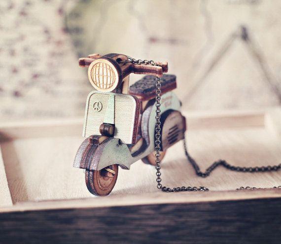 {Descrizione} Mai avuto sogni romantici di crociera attraverso la campagna, il vento tra i capelli, e le braccia avvolto intorno un pezzo Italiano? Beh non stiamo dicendo avrete necessariamente Punteggio un pezzo italiano, ma questa collana è sicuramente un colpo docchio! Dalle ruote mobili per il numero di targa personalizzabile, la prova è nei dettagli. Ideale per gli amanti della Vespa, o per il pulcino hipster/indie in te. Finemente realizzati a mano con 3 tipi di legno, e lo sporti...