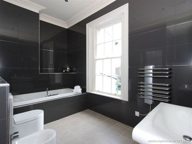black bathroom, like the colours